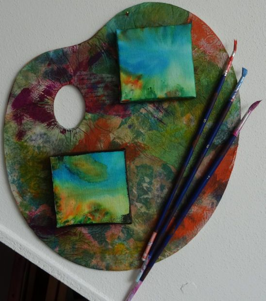 Palet. Colored kitchenpaper and little canvasses with brusho's.