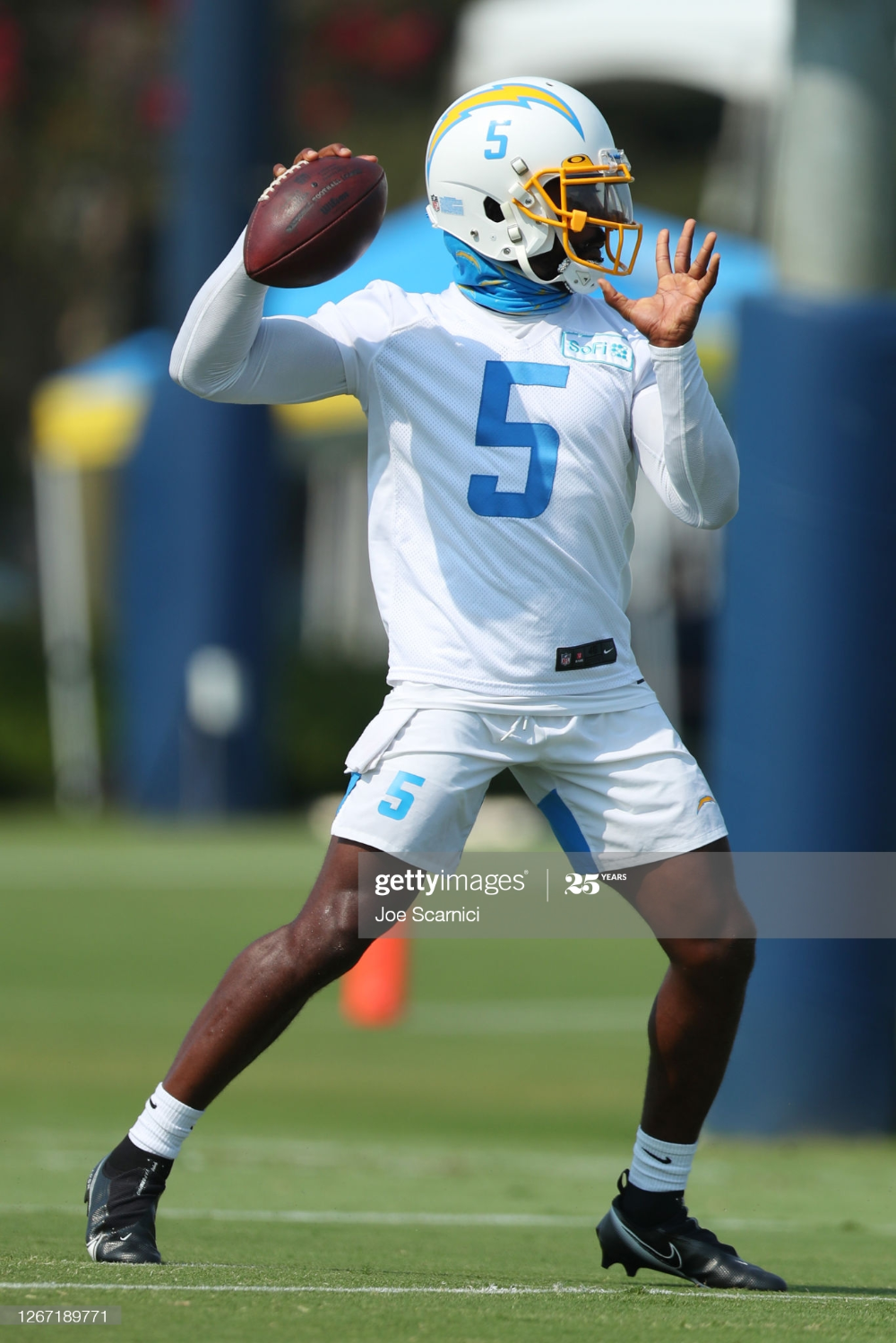 Tyrod Taylor Of The Los Angeles Chargers Makes A Pass During Los In 2020 Los Angeles Chargers Tyrod Taylor Chargers