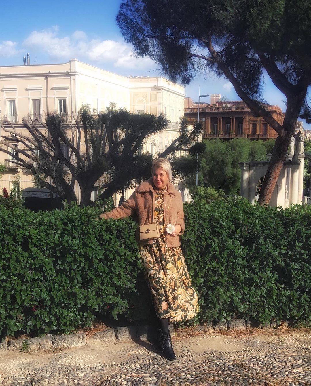 Когда в попытке выглядеть романтично содрала цветочек с клумбы 😋 #sicilia #mysicily #mysiciliangirl #italiangirl #itali...