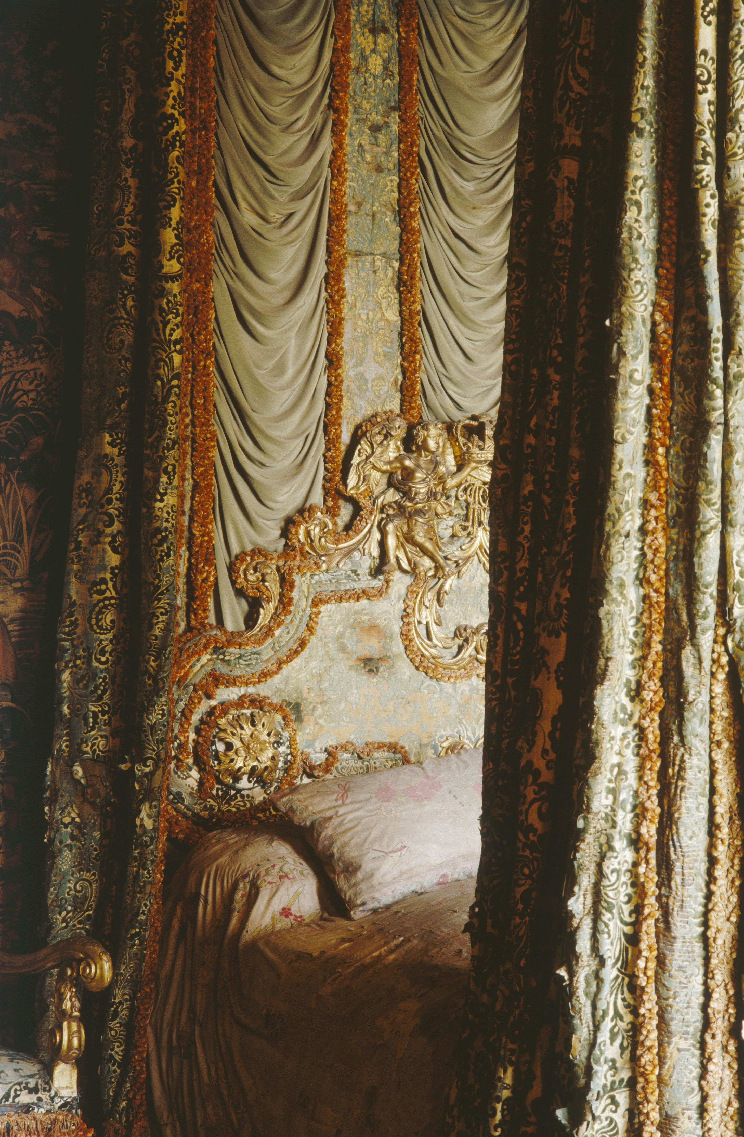 ♜ Shabby Castle Chic ♜  rich and gorgeous home decor - curtained bed