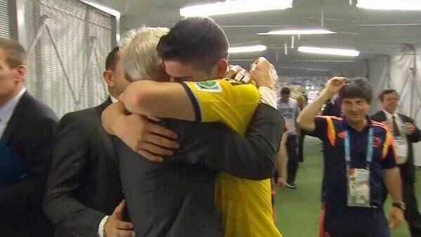 """""""Pékerman y James, un abrazo que fue la postal del triunfo de Colombia"""", por @leoduq http://ow.ly/yzHJx   #Blogs pic.twitter.com/8vQVcgT7oN"""