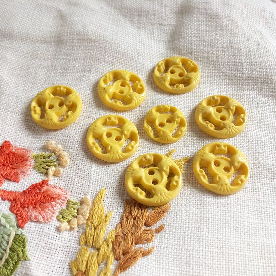 Vintage 1950s yellow flower buttons
