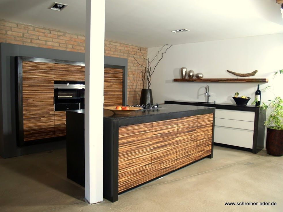 Küche mit großer kochinsel front wall in nussbaum und glasfront