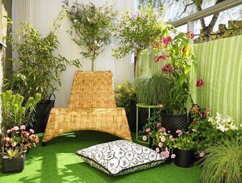 Balcony-ideas, fake grass, plants all around and a nice comfortable