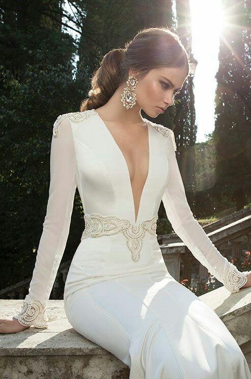 10 vestidos de novia escotados que te harán ver sexy y elegante