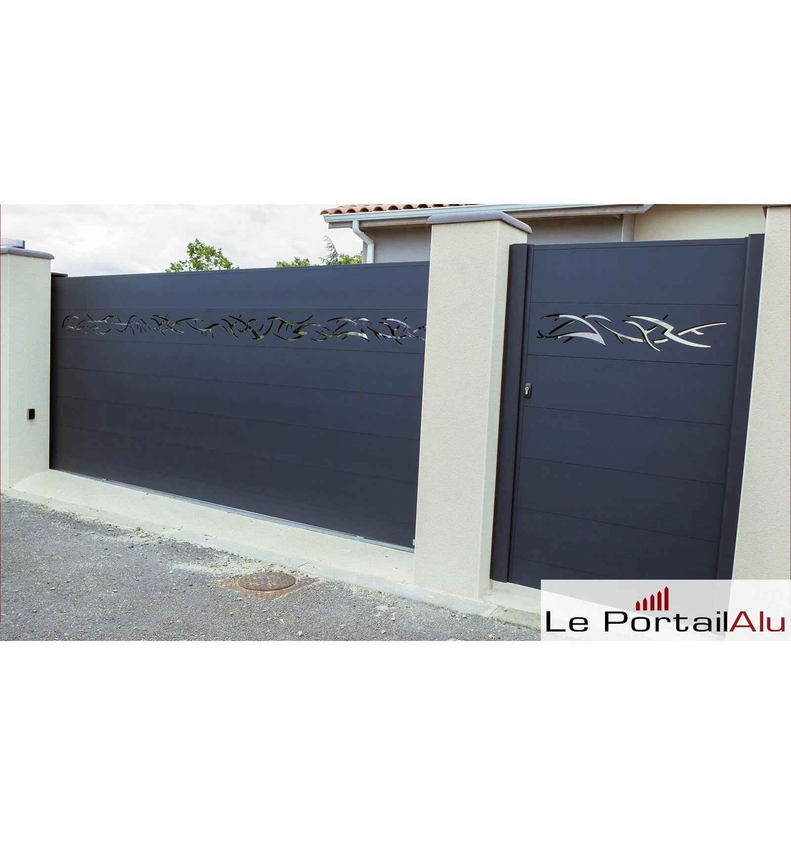Portail Alu Coulissant Et Portillon Design Motif Tribal Sur La Photo Ral7016 Disponible En N Importe Qu House Gate Design Front Gate Design Door Gate Design