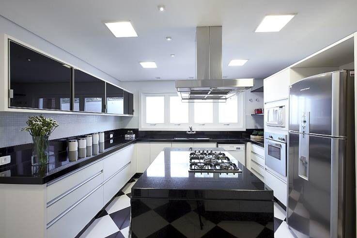 Cozinhas brancas com pedra preta