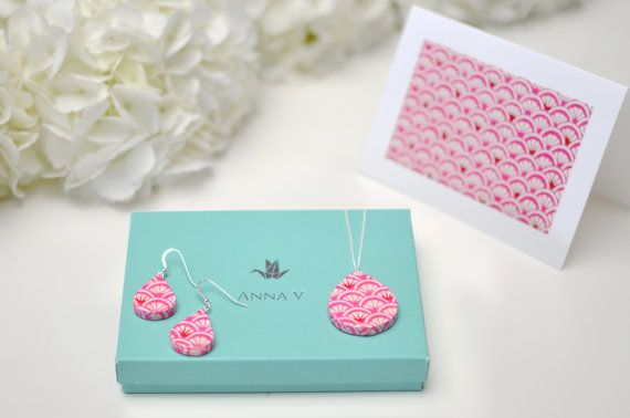 Romantic first anniversary gift idea. love the pink origami paper