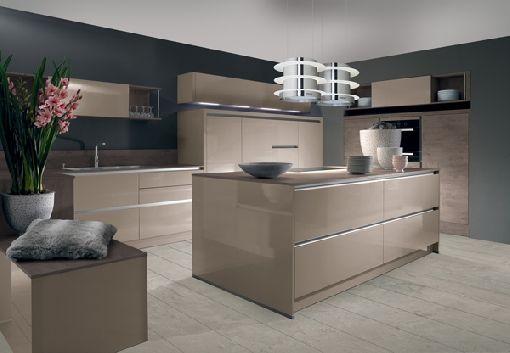 moderne küche kochinsel holz optik beige hochglanz fronten - küche hochglanz grau