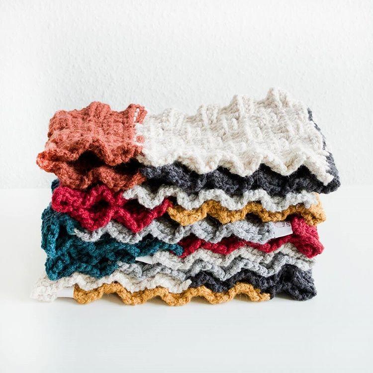 Fünf neue Cowls mit Flechtmuster haben heute den Weg in den @dawanda_de Shop geschafft #dawanda #handmade #crochet #häkeln #cowl #loop #schal #handgemacht #mitliebegemacht #wolle #crochetersofinstagram