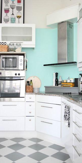 DIY keittiö - saneerauslaastilla välitilan kaakelit piiloon.