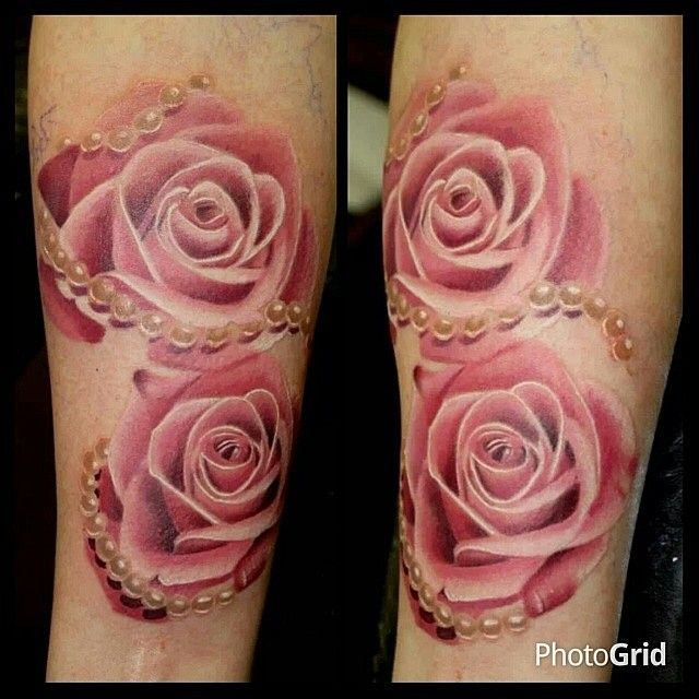 Beautiful Realistic Light Pink Roses Interlaced With A String Of