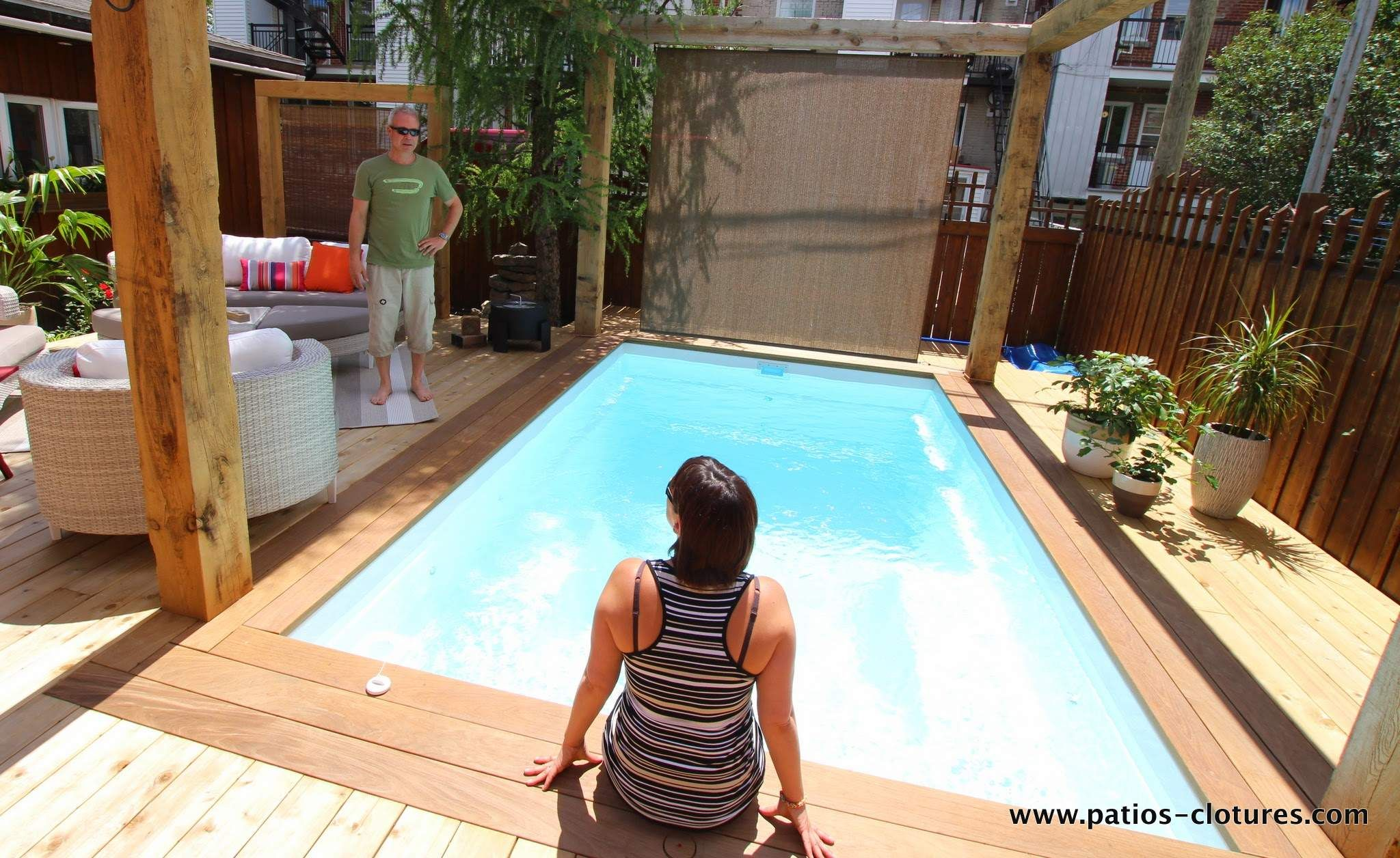Patio en bois autour d 39 une piscine creus e fibro for Piscine researcher