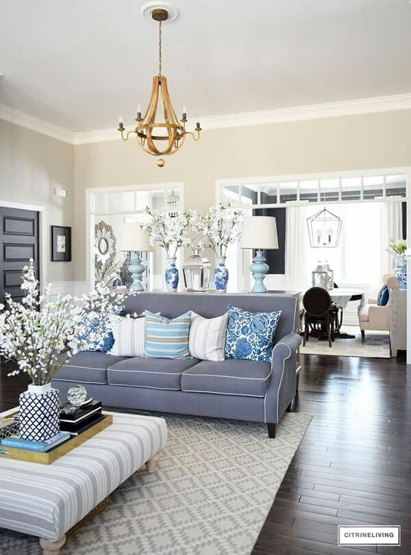 The chic technique blues whites and grays adorn this hamptons style living room also color in blooms on coffee table cool home ideas pinterest rh