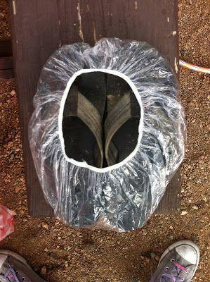 mit billigen duschhauben lassen sich matschige schuhe verschmutzungsfrei drinnen aufbewahren. Black Bedroom Furniture Sets. Home Design Ideas