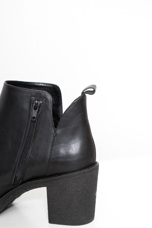 Miista Kendall Boot   bota cano curto, detalhes de recortes.