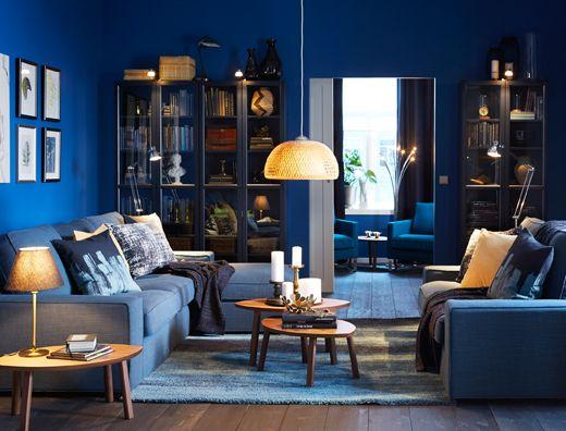 Blaues wohnzimmer mit vitrinenschr nken und kivik 2er sofa und r camiere mit bezug hillared in - Blaues wohnzimmer ...