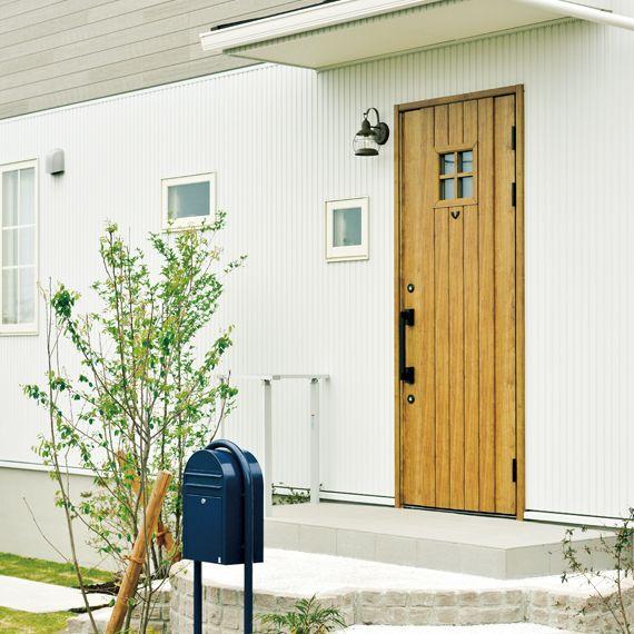 夫婦が好きな青いポスト ボビ がこの家の目印 玄関ドア おしゃれ