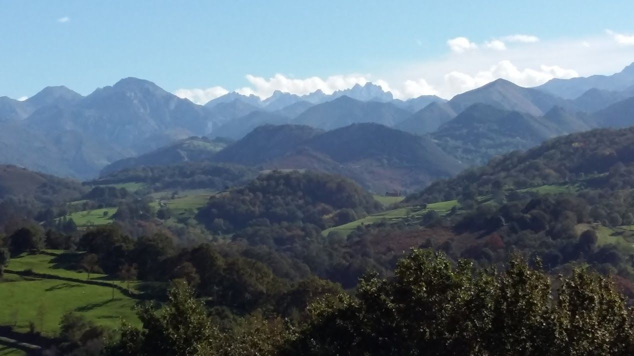Vista de los Picos de Europa desde la capilla de Santa Eugenia en Sobrecueva