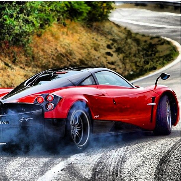 Une Pagani Huayra En Train De Realiser Des Drifts Ca Vaut Le Coup D Oeil Pagani Drifts Carburnout Pagani Huayra Voiture Luxury Sports Cars