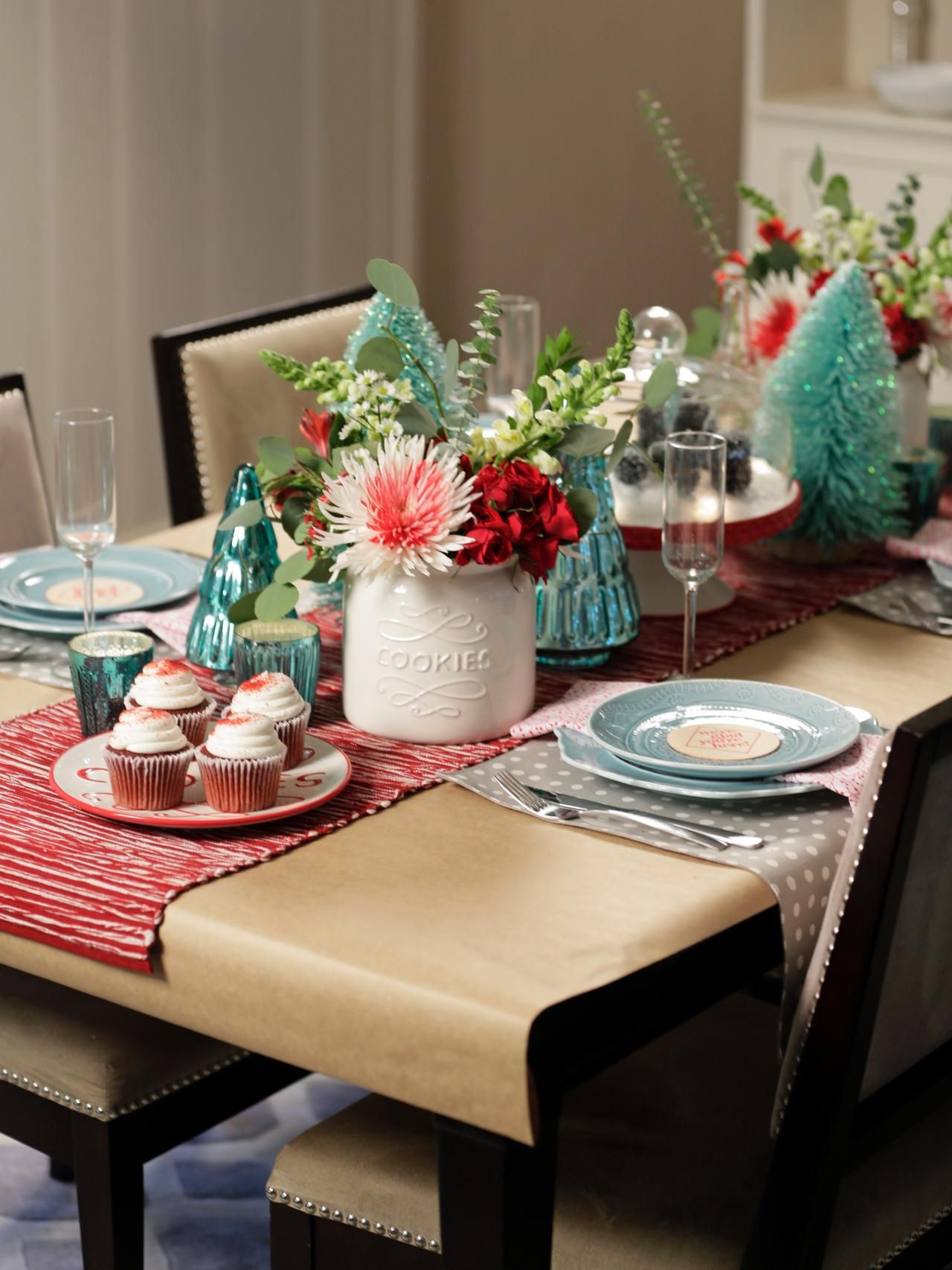Vintage Red And White Holiday Table Setting Christmas Table Decorations Holiday Table Settings Christmas Table Settings