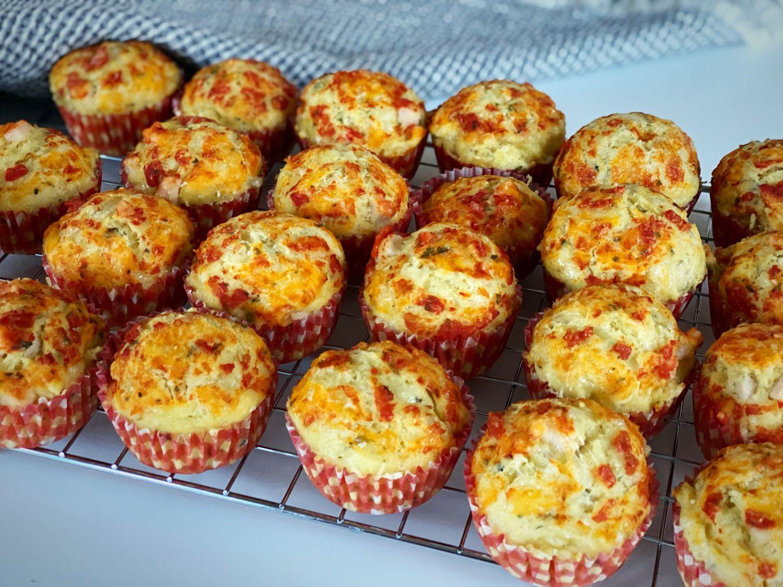Pizzamuffins | Opskrift på svampede og luftige pizzamuffins