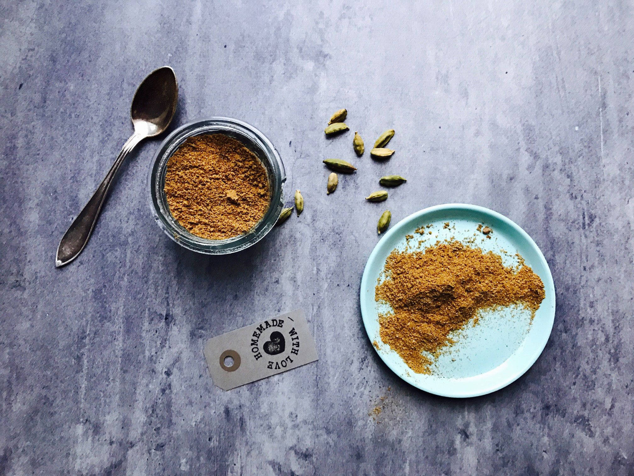 Det er nemt og hurtigt at blande sit eget Garam Masala krydderi, og på den måde får man præcis den smag, man allerbedst kan lide i sine indiske gryderetter.