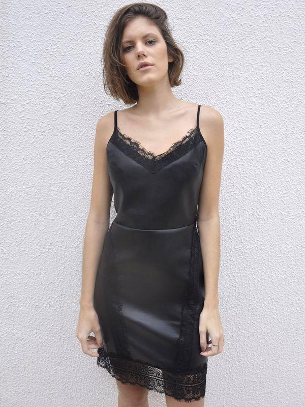e0720efb1556 Vestido Detalhe Renda Alça Fina Couro | Vestido alças reguláveis fina em  courino e zíper transparente na parte das costas. Detalhes em renda na  barra e na ...