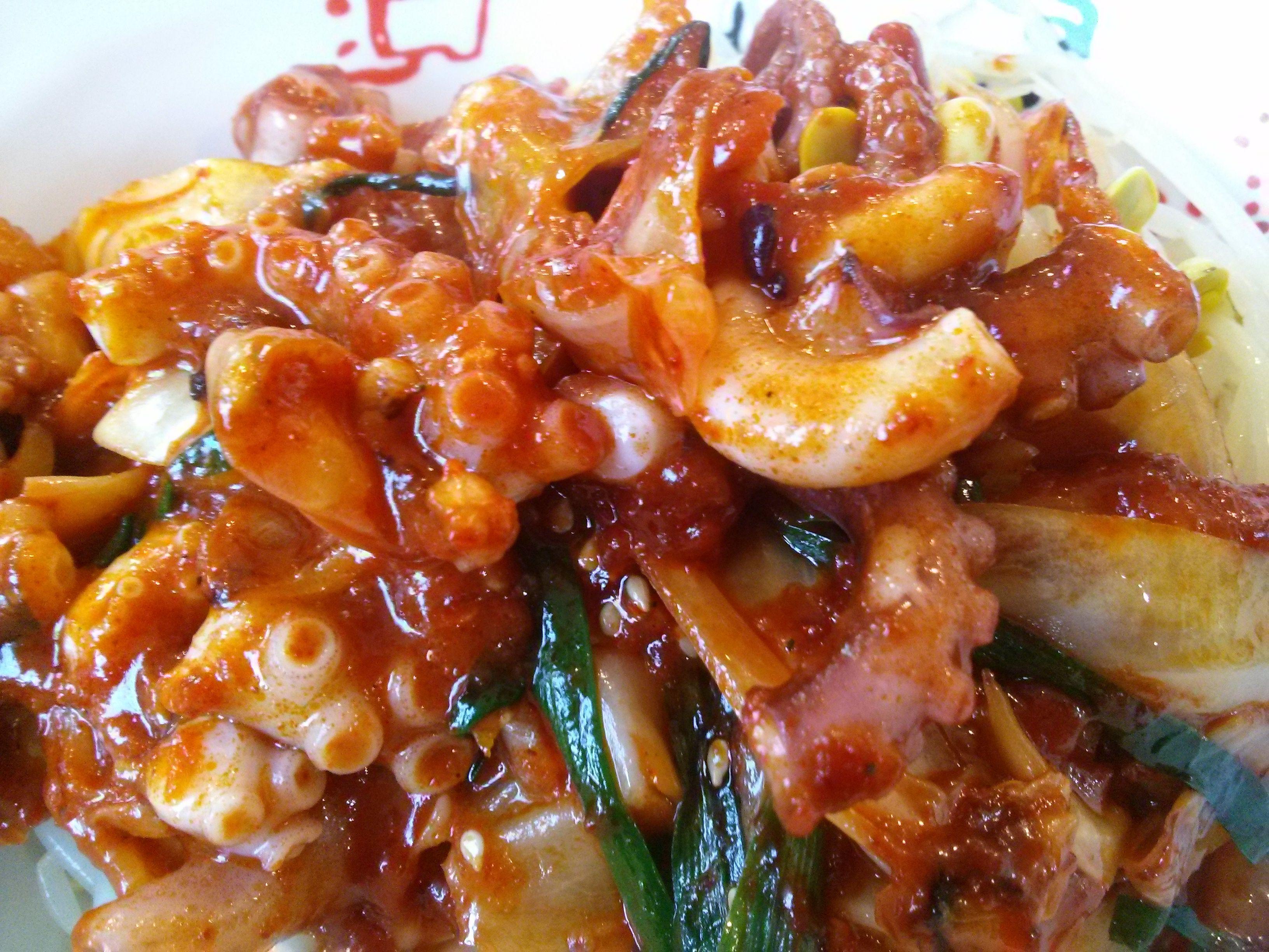 낚지 덮밥(Spicy Stir-fried Octopus with Rice). 매운 고추가루양념으로 낙지를 빠르게 볶아낸 후 밥과 함께 비벼먹는 음식이다.
