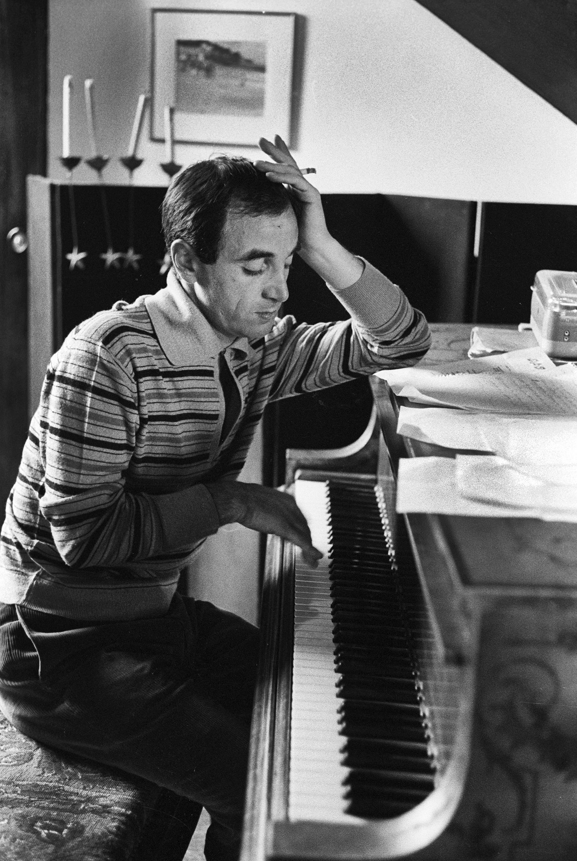 1960 dans son appartement parisien le chanteur charles aznavour au piano en pleine composition. Black Bedroom Furniture Sets. Home Design Ideas