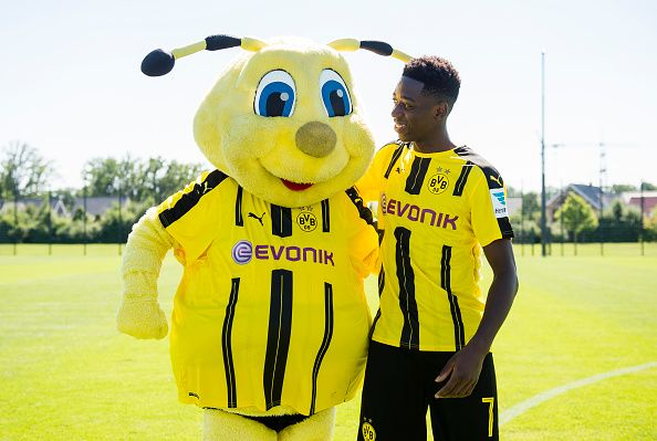 Dortmund S Ousmane Dembele Poses During With Mascot Emma At The Team Presentation Of Borussia Dortmund On August 17 20 Borussia Dortmund Dortmund Pluto The Dog