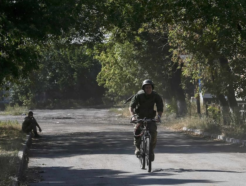 combatant bike usage in Ukraine: A Ukrainian paratrooper rides on a bicycle near Zhdanivka September 13, 2014.