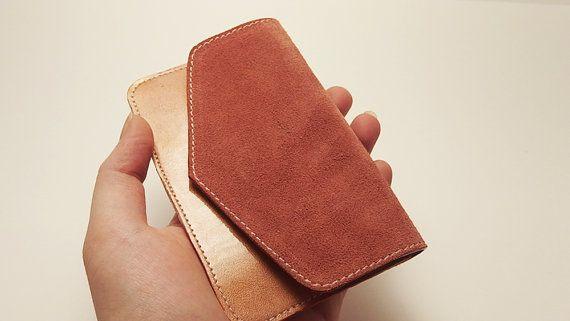 Un produit de maroquinerie haut de gamme, fabriqué à la main, à quelques kilomètres de Paris. La qualité des matériaux et de la fabrication, et son style minimaliste en font un objet unique. Peut s'utiliser comme porte-monnaie, pour vos pièces et vos billets, ou comme porte-cartes. Ses dimensions en font un objet facile à transporter dans n'importe quel sac, ou même dans une poche.  ••••••••••••••••••••••••••••••••••••••••••••••••••••••••••••••••••••••••••••••••••••••••••••••••••••••••••…