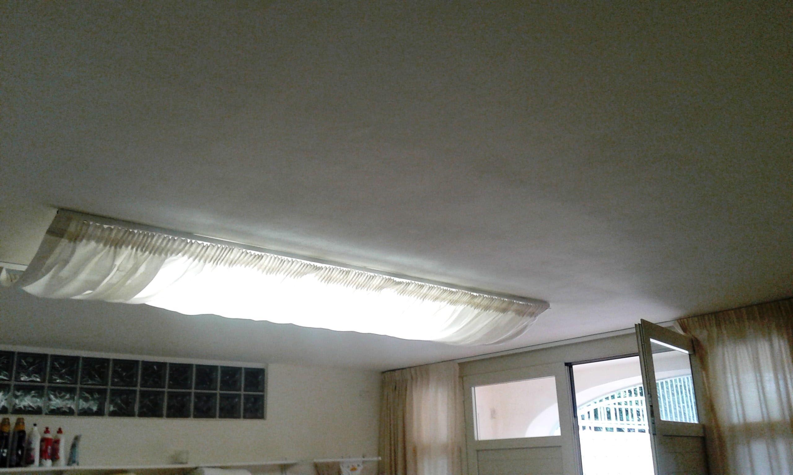 Binari Tende A Soffitto : Tende in tessuto ignifugo e filtrante bianco con binari a soffitto