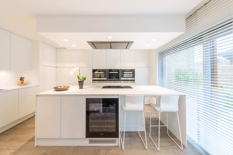 Hypermoderne Witte Keuken Met Wijnkast Moderne Keukens Witte Keuken Keuken Op Maat