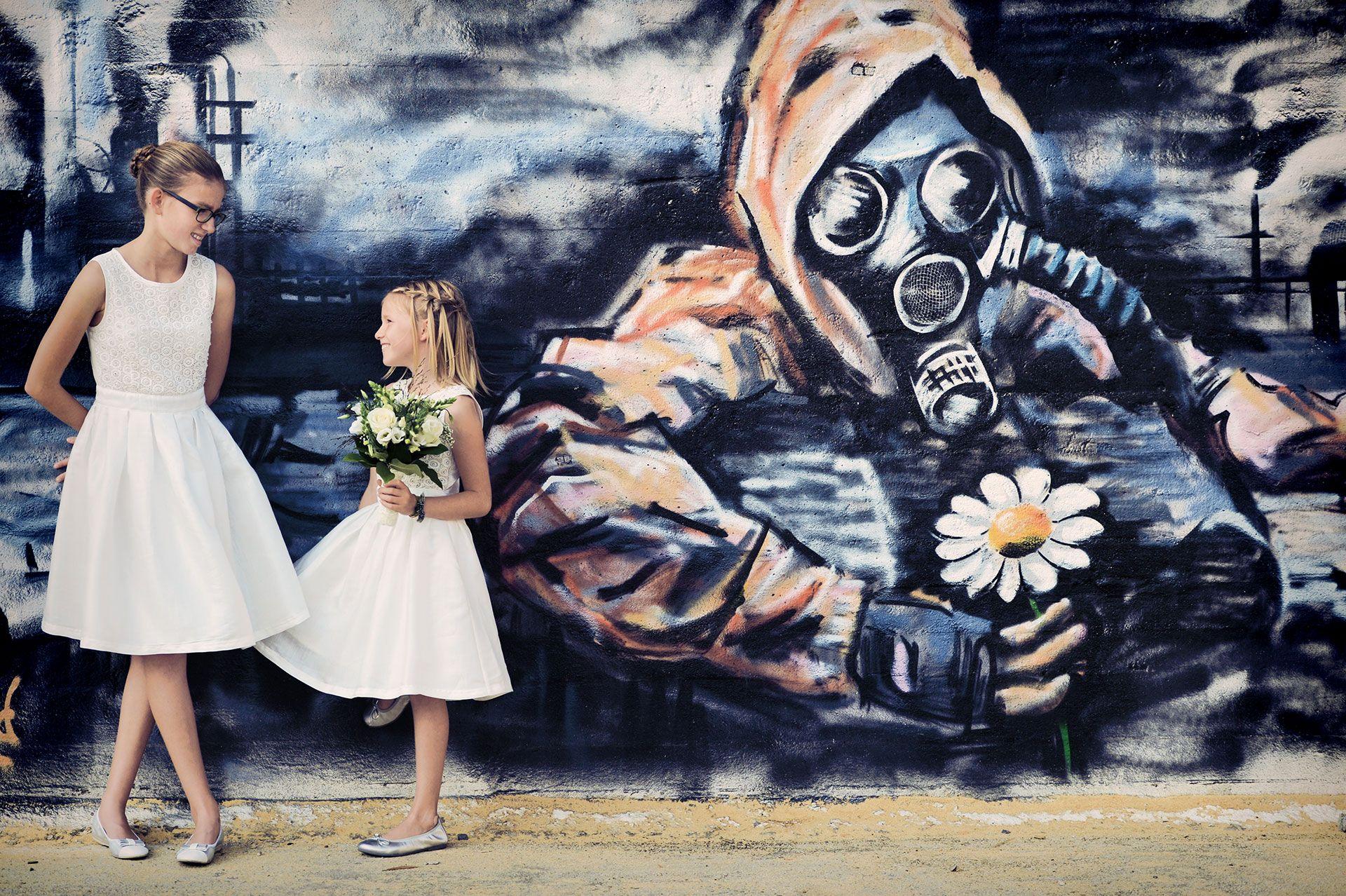 Bruidsmeisjes met graffiti.