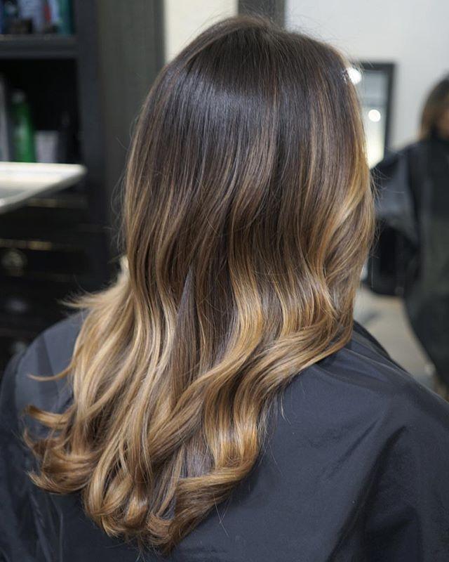 Caramel blonde balayage  . . . . . #balayageartists #colorist @kimjettehair  Paint with @joico . . . . . #bestbalayageorlando #bestsalonorlando #orlandohairstylist #balayageorlando #winterparkstylist #besthairorlando #caramelblonde  #orlandohair #balayage #hairgoals #hairinsta #beachwaves #orlando #blonde #behindthechair #stellalucacolor #btcquickie #licensedtocreate #modernsalon #beautifulhair #healthyhair #hairlove #hairoftheday #prettyhair