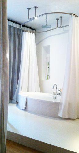 baignoire presqu 39 ile de jacob delafon et dispositif ovale de barres de rideau de d galbotwins. Black Bedroom Furniture Sets. Home Design Ideas