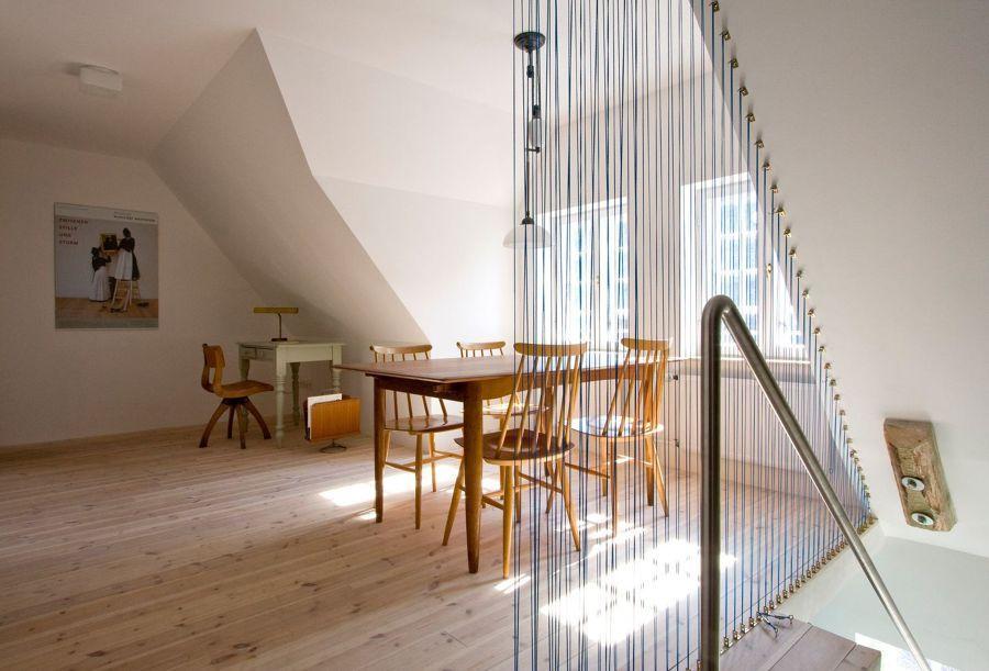 Escalera con cuerdas tensadas / un apartamento que mezcla ...