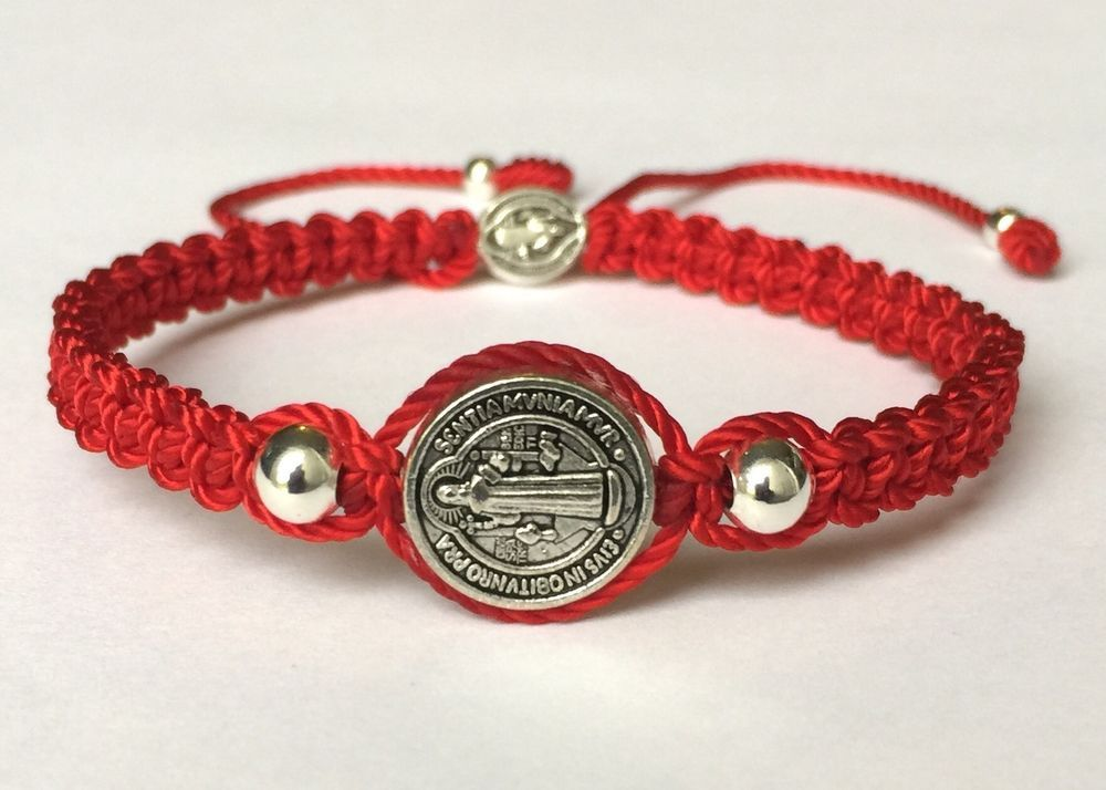 197cd4e21c75 Pulsera Roja Con Medalla de San Benito Hecha A Mano Para La Protección