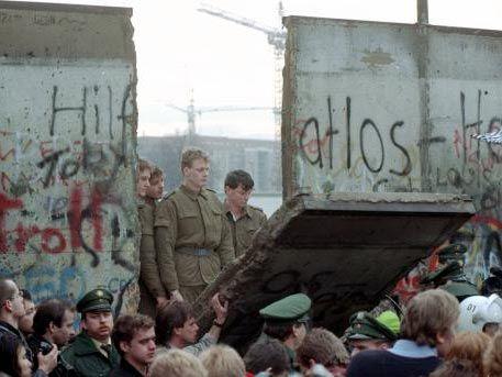 Mauerfall 9. November 1989- | Mauerfall | Pinterest | Geschichte ...