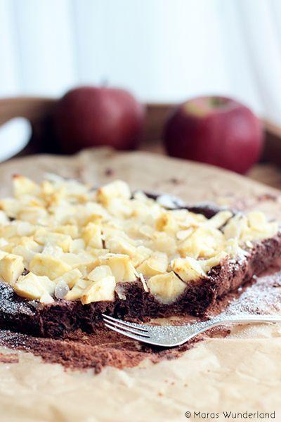 Schoko-Apfelkuchen mit Mandeln • Oder auch: Ein Traum Rezept für einen Apfel-Schokokuchen mit Mandeln. Wunderbar zart und unglaublich schokoladig. Perfektes Soulfood. • Maras Wunderland