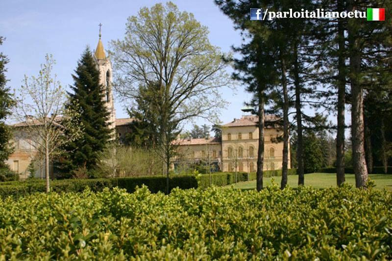 #PORANA ( #Pavia ) - Il #borgo vivo tutto l'anno. www.parloitalianoetu.com  Secondo un'ipotesi il nome è formato da #Po (fiume) e rana, termine onomatopeico che deriva dal gotico ran ed indica lo scorrere delle acque. Una seconda teoria farebbe invece riferimento alla scarsità di rane presenti sul territorio in contrapposizione al confinante comune di Lungavilla, anticamente noto come Calcababbio, in cui invece erano particolarmente abbondanti i rospi. #italia   #parloitaliano   #lombardia