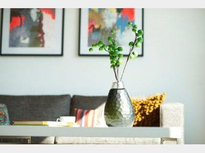 Eine moderne Vase mit ausgefallenen Blumen verleiht dem Wohnzimmer edlen Chic und Persönlichkeit. Der Blickfang in jedem neuen Heim! Gefunden in der #Stadtvilla Villa 156 auf haus-xxl.de