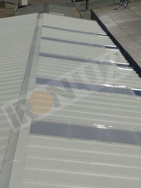 Nave industrial con panel Sandwich Tapajuntas Blanco y lucernario ...