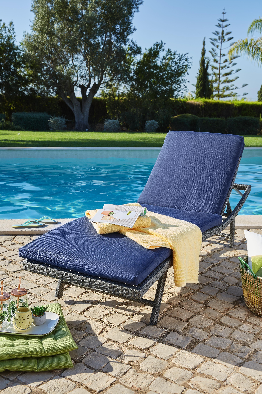 Komfortable Gartenliege Aus Rattan Mit Blauer Polster Auflage Gartenliege Gartenmobel Polsterauflagen