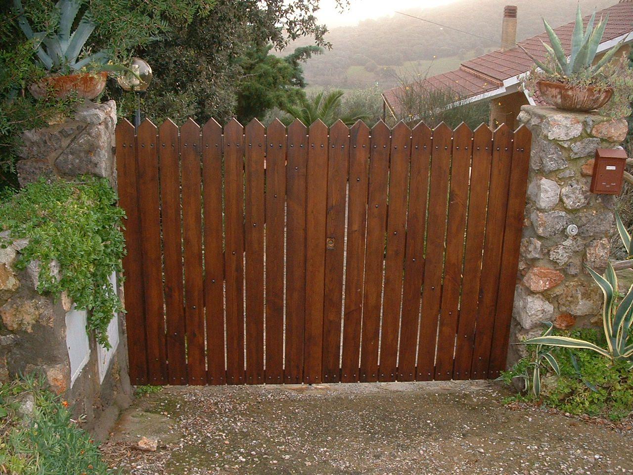 Cancello in legno di castagno cancelli in legno for Cancelli di legno per giardino