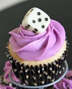 #KatieSheaDesign ♡❤ ❥   #Foodie ♡♡  Bunco #cupcakes.  I must try to make these dice with gum paste.