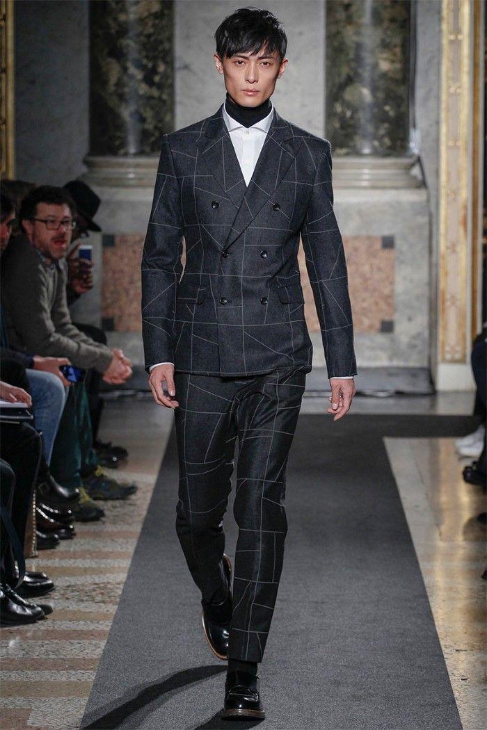 Très chics, les hommes de Ports 1961 défilent dans des tenues sombres aux teintes de noirs, marines, gris et rouges bordeaux. #ports1961 #milan #runway #menswear #fashionweek #trends #winter2014