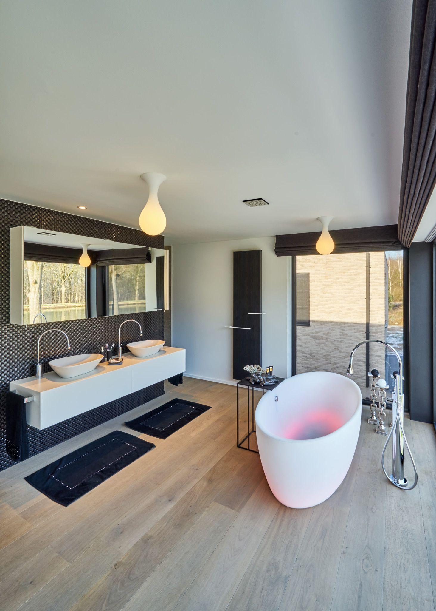 Moderne badkamer met een vrijstaand bad met ingebouwde ledverlichting.